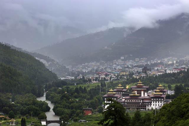 trashi chho dzong with thimpu city behind it
